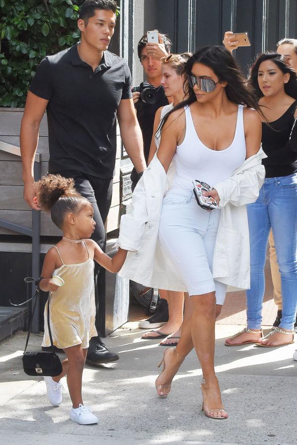 """Gu thời trang """"tông xuyệt tông"""" của mẹ con Kim Kardashian - 1"""