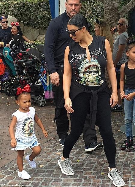 """Gu thời trang """"tông xuyệt tông"""" của mẹ con Kim Kardashian - 2"""