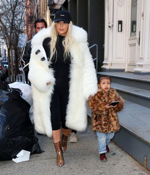 """Gu thời trang """"tông xuyệt tông"""" của mẹ con Kim Kardashian - 3"""