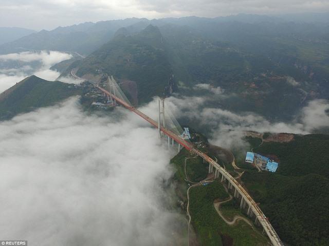 TQ lắp xong cầu cao nhất thế giới cách mặt đất 560m - 1