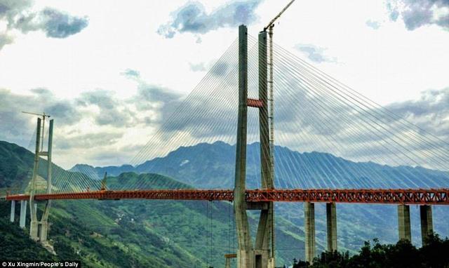 TQ lắp xong cầu cao nhất thế giới cách mặt đất 560m - 3