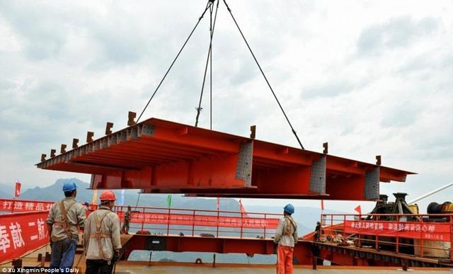 TQ lắp xong cầu cao nhất thế giới cách mặt đất 560m - 4