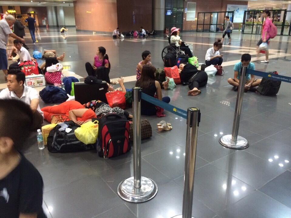 Máy bay chậm chuyến, hành khách nằm ngồi vạ vật tại sân bay - 1