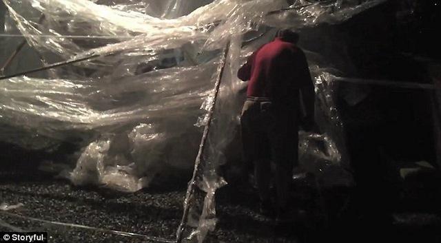 Đi chơi về, thấy nhà bị cuốn gần 100 km băng dính - 3