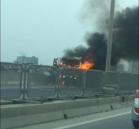 Xe tải bốc cháy ngùn ngụt, tài xế đạp cửa thoát thân - 1