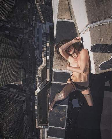 Người mẫu khoe thân hình gợi cảm ở độ cao không tưởng - 12