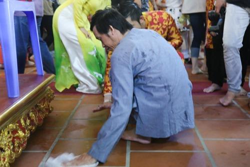 Hoài Linh gầy nhom tự tay lau dọn nhà thờ Tổ gây xúc động - 3