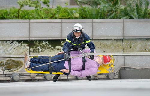 Cảnh sát PCCC đu dây cứu người ở tòa nhà cao nhất VN - 2