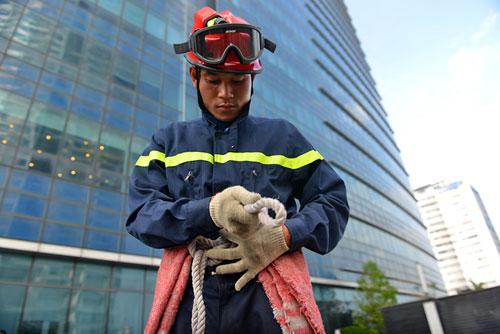 Cảnh sát PCCC đu dây cứu người ở tòa nhà cao nhất VN - 3