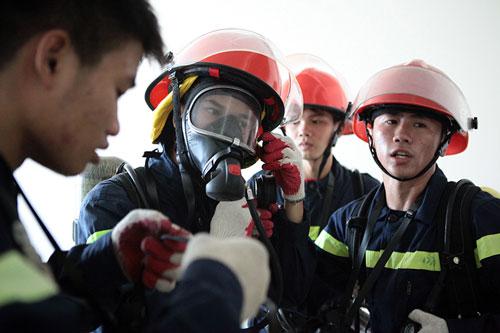 Cảnh sát PCCC đu dây cứu người ở tòa nhà cao nhất VN - 4