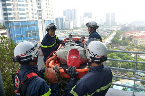 Cảnh sát PCCC đu dây cứu người ở tòa nhà cao nhất VN - 8
