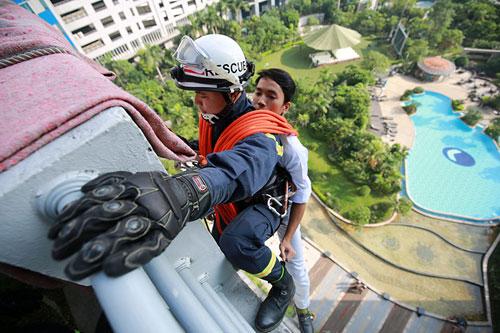 Cảnh sát PCCC đu dây cứu người ở tòa nhà cao nhất VN - 7