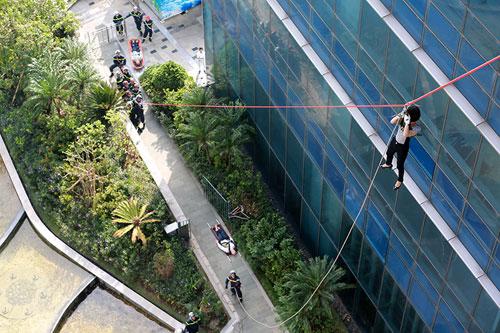 Cảnh sát PCCC đu dây cứu người ở tòa nhà cao nhất VN - 6