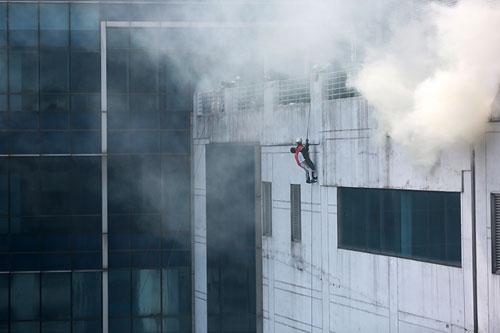 Cảnh sát PCCC đu dây cứu người ở tòa nhà cao nhất VN - 5