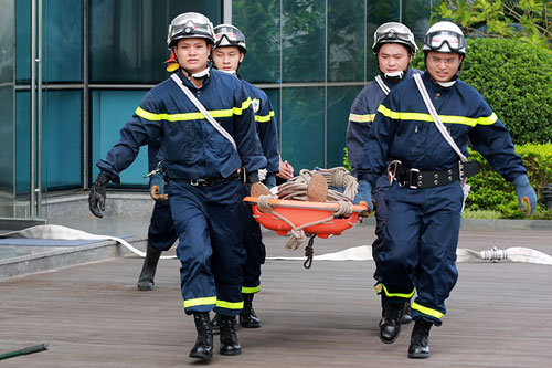 Cảnh sát PCCC đu dây cứu người ở tòa nhà cao nhất VN - 10