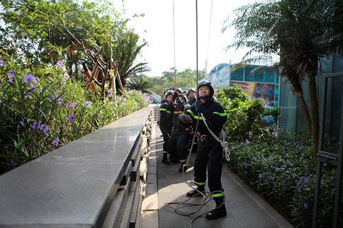 Cảnh sát PCCC đu dây cứu người ở tòa nhà cao nhất VN - 9