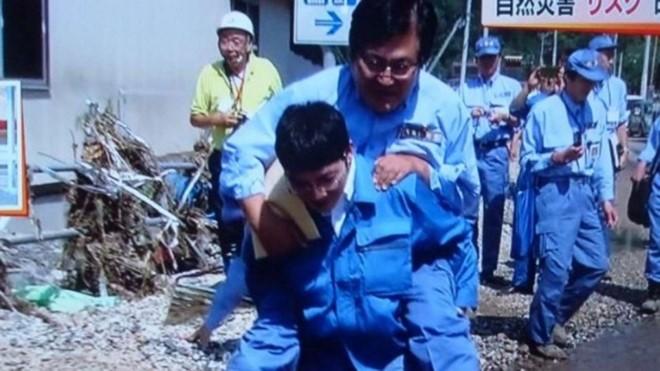 Để cấp dưới cõng qua vũng nước, Thứ trưởng Nhật hối hận - 1