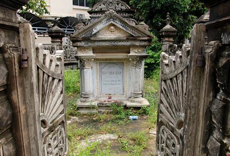 Choáng ngợp ngôi mộ cổ kiến trúc Pháp giữa lòng Sài Gòn - 2