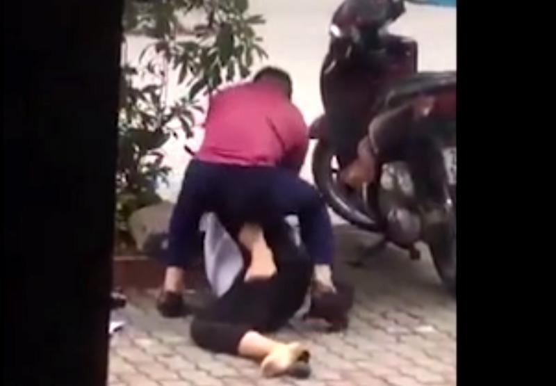 Clip: Vợ trẻ bị chồng đè xuống đường, đấm đá dã man - 2
