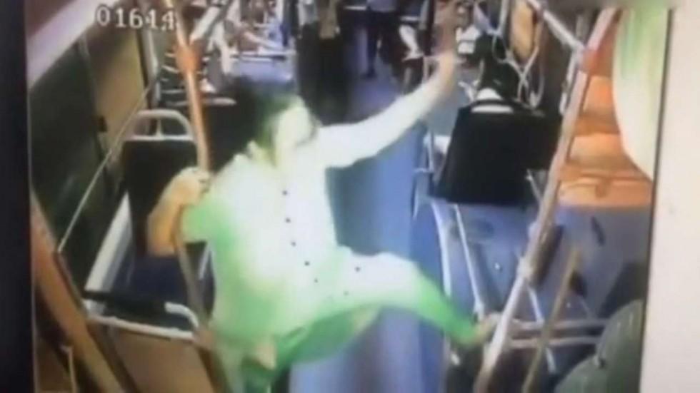 TQ: Quý bà trung niên ngang nhiên múa cột trên xe buýt - 1