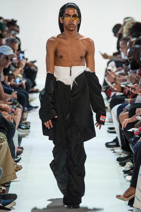 Hết hồn với những thiết kế kì dị tại New York Fashion Week - 5