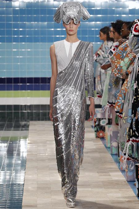 Hết hồn với những thiết kế kì dị tại New York Fashion Week - 9
