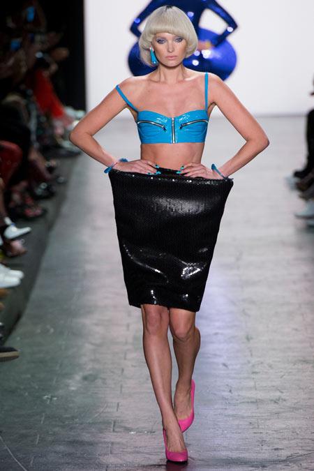 Hết hồn với những thiết kế kì dị tại New York Fashion Week - 7