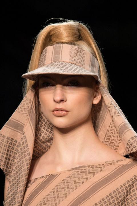 Hết hồn với những thiết kế kì dị tại New York Fashion Week - 14