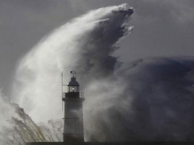 Siêu bão Meranti liên tục đổi hướng - 1