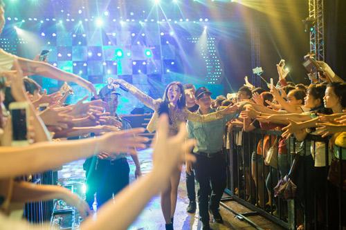 Đông Nhi cùng 5000 bạn gái Cần Thơ khuấy động đại tiệc âm nhạc - 2