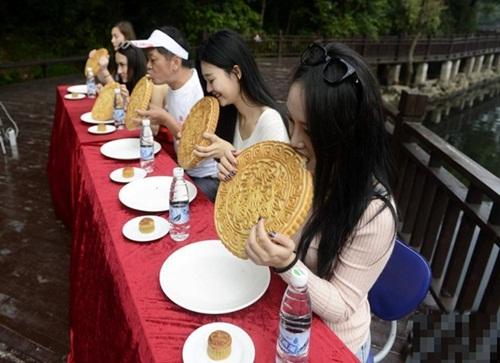 """Gái trẻ TQ ngấu nghiến ăn bánh trung thu """"khủng"""" 2kg - 1"""