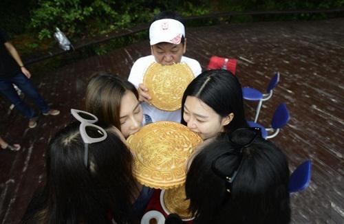 """Gái trẻ TQ ngấu nghiến ăn bánh trung thu """"khủng"""" 2kg - 3"""