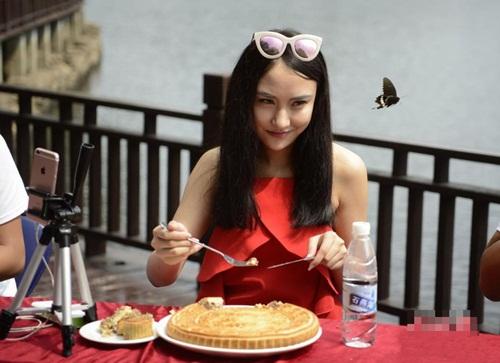 """Gái trẻ TQ ngấu nghiến ăn bánh trung thu """"khủng"""" 2kg - 2"""