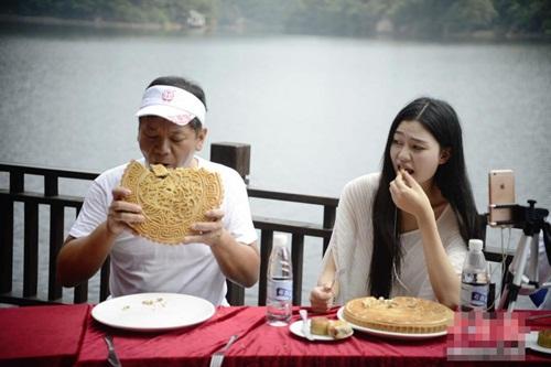 """Gái trẻ TQ ngấu nghiến ăn bánh trung thu """"khủng"""" 2kg - 5"""