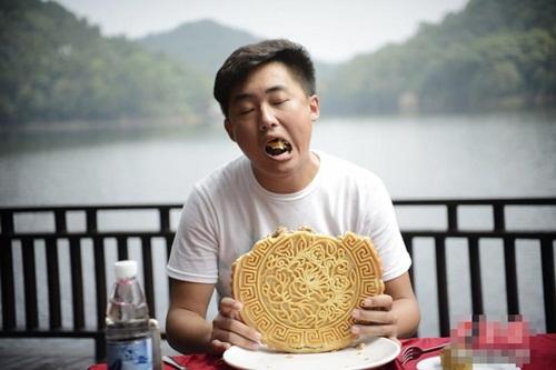 """Gái trẻ TQ ngấu nghiến ăn bánh trung thu """"khủng"""" 2kg - 7"""