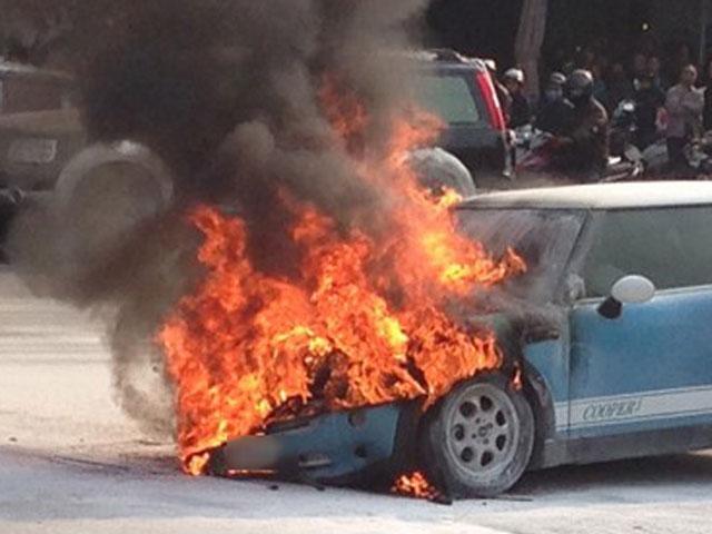 Cháy ô tô tại sân bay Nội Bài, tài xế tử vong - 1