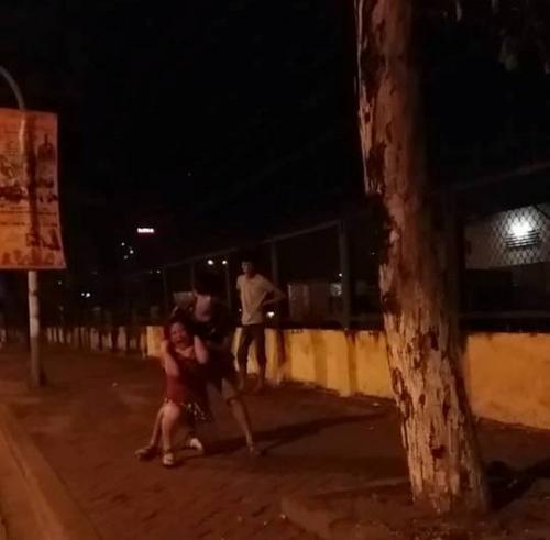 """HN: Cô gái mang bầu bị """"chồng hờ"""" đánh dã man giữa phố - 1"""