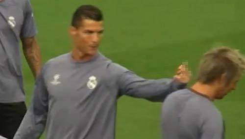 Messi thăng hoa, Ronaldo giơ ngón tay thối về đồng đội - 2