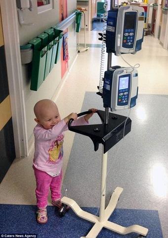 Bé gái Anh 4 tuổi chiến thắng 7 khối ung thư trong cơ thể - 3