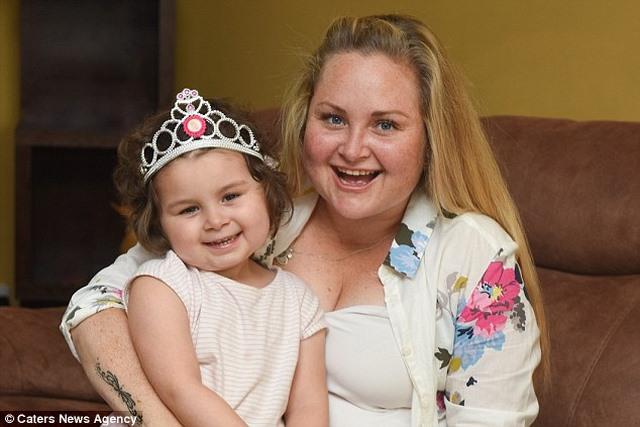 Bé gái Anh 4 tuổi chiến thắng 7 khối ung thư trong cơ thể - 7