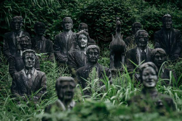 Rùng mình nơi 800 bức tượng nhìn chằm chằm du khách - 5