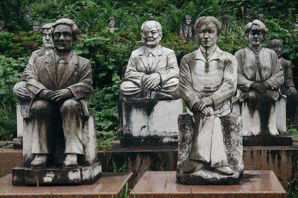 Rùng mình nơi 800 bức tượng nhìn chằm chằm du khách - 3