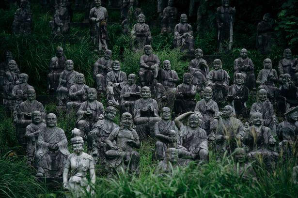 Rùng mình nơi 800 bức tượng nhìn chằm chằm du khách - 1