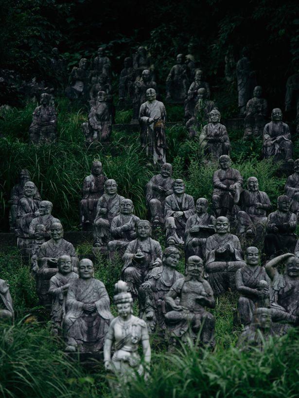 Rùng mình nơi 800 bức tượng nhìn chằm chằm du khách - 4