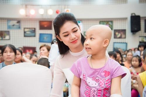 Hoa hậu Mỹ Linh sắm vai chị Hằng yêu thương bệnh nhi - 4