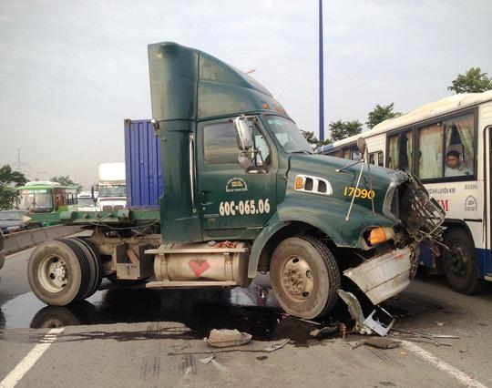 Container gây 3 vụ tai nạn liên tiếp, xa lộ Hà Nội kẹt cứng - 1