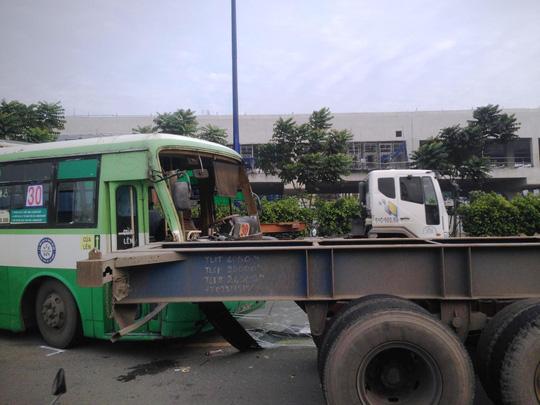 Container gây 3 vụ tai nạn liên tiếp, xa lộ Hà Nội kẹt cứng - 2