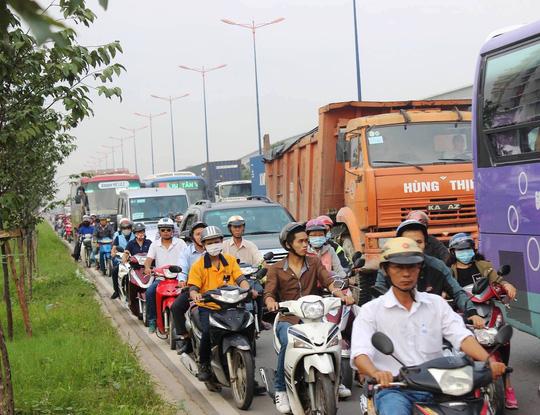 Container gây 3 vụ tai nạn liên tiếp, xa lộ Hà Nội kẹt cứng - 5