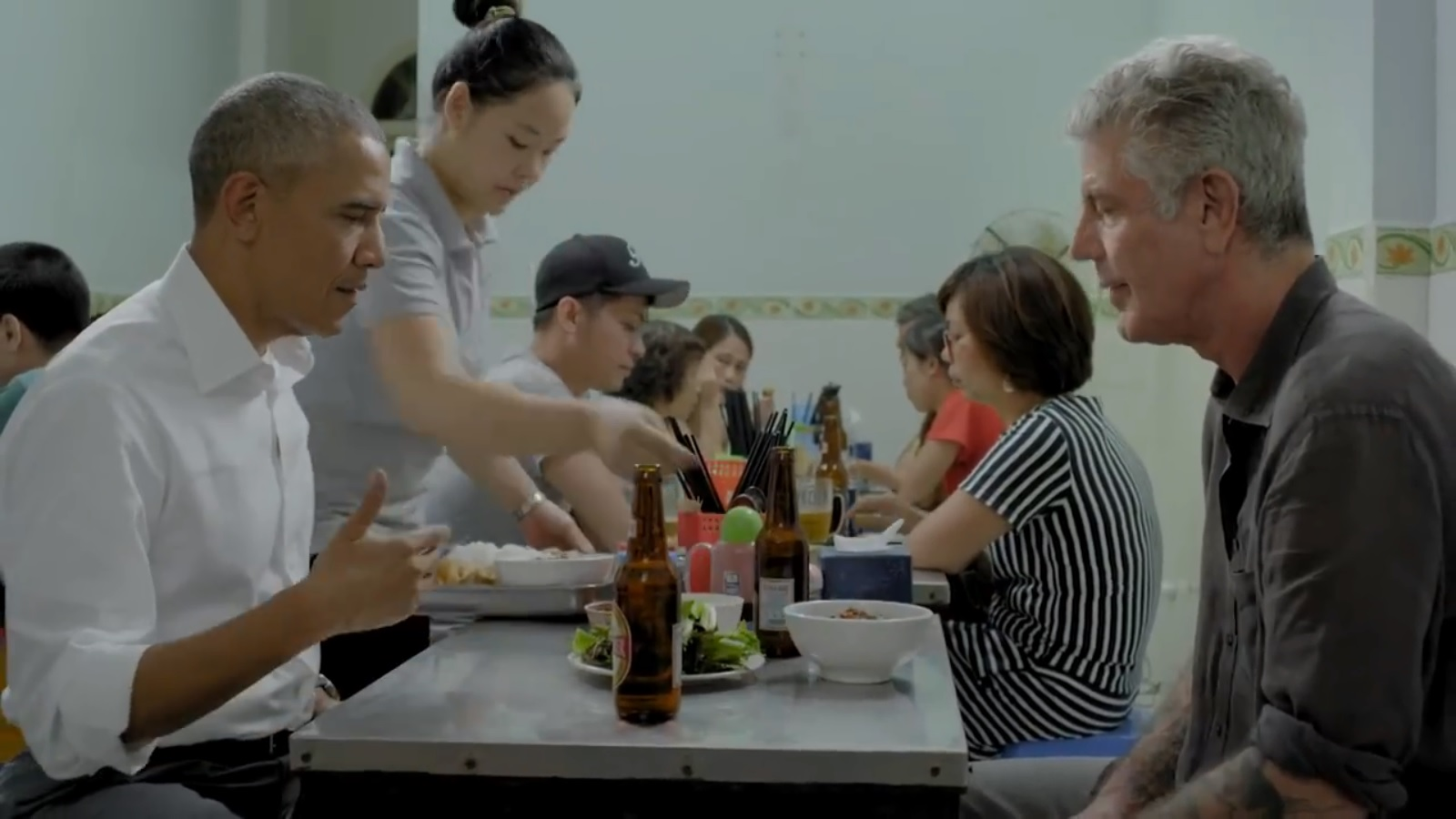 Đoạn phim đầu tiên về bữa bún chả của Obama ở Hà Nội - 1