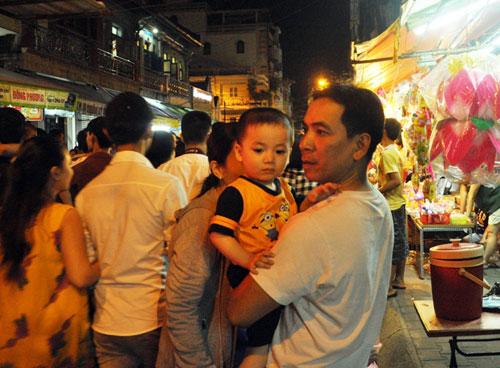 """Ngàn người """"hành xác"""" trên phố lồng đèn ở Sài Gòn - 3"""